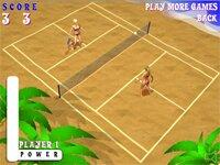 Играть в женский пляжный теннис на корте у моря